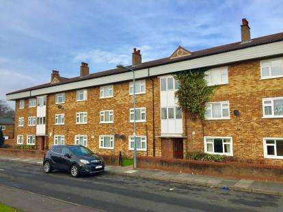2 Bedrooms Flat for sale in Hainault, Ilford, Essex