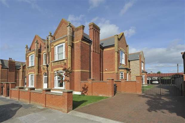 2 Bedrooms Flat for sale in Graystone Road, Tankerton, Whitstable
