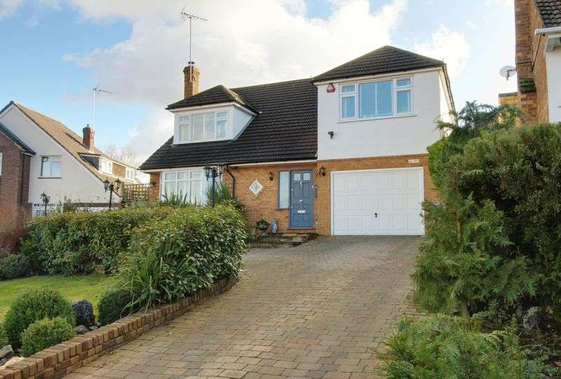 5 Bedrooms Detached House for sale in Farm Close, Cuffley