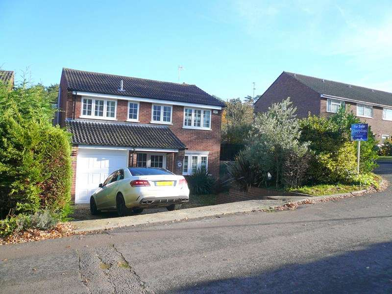 4 Bedrooms Detached House for sale in The Links, Whitehill, BORDON