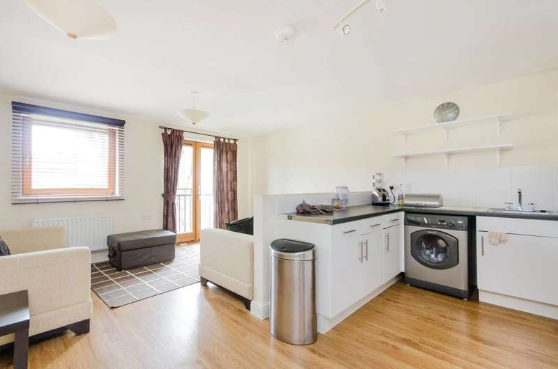 2 Bedrooms Flat for sale in Flather Close, Streatham, SW16