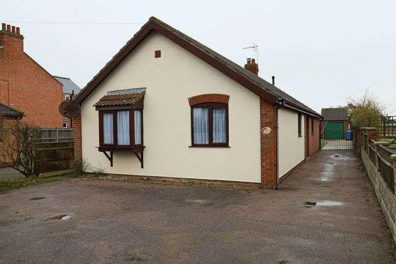 3 Bedrooms Bungalow for sale in Field Lane, Lowestoft