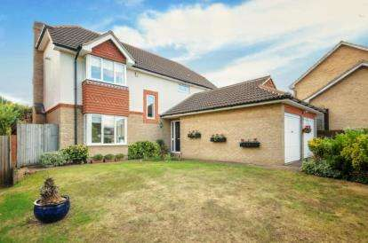 4 Bedrooms Detached House for sale in Athelstan Way, Orpington