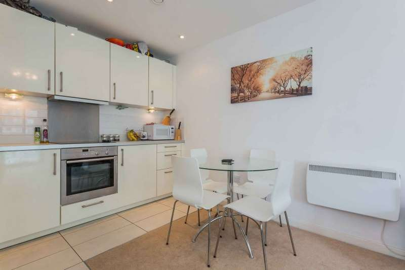 2 Bedrooms Flat for sale in 350 Meadowside Quay Walk, Glasgow Harbour, Glasgow, G11 6DL