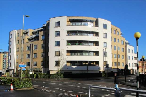 1 Bedroom Flat for sale in Woking, Surrey