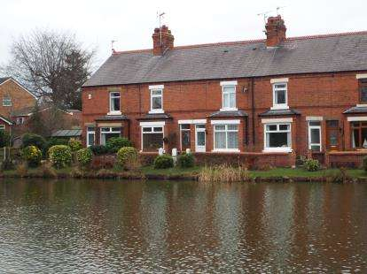 2 Bedrooms Terraced House for sale in Lake View, High Street, Gresford, Wrexham, LL12
