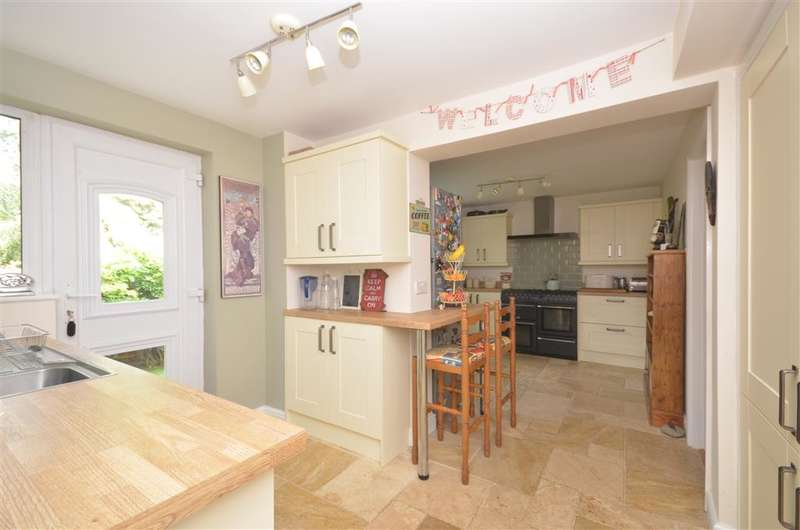 4 Bedrooms Detached House for sale in Cornwall Road, Whitehill, Hampshire