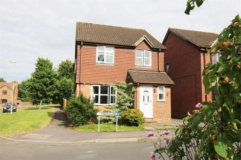 4 Bedrooms Detached House for sale in Finch Close, Tadley, RG26