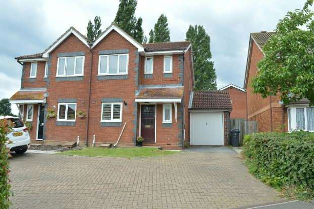 4 Bedrooms Semi Detached House for rent in Merritt Gardens, Chessington