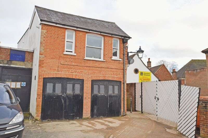2 Bedrooms Flat for sale in Between High Street & Market Street, Alton, Hampshire