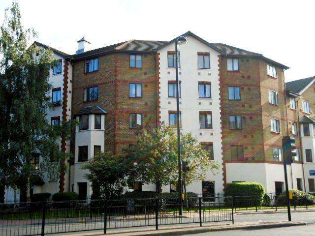 2 Bedrooms Flat for sale in Hensworth Road, Hounslow TW3