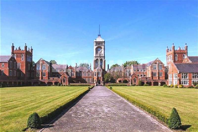 2 Bedrooms Flat for sale in Royal Connaught Drive, Bushey, Hertfordshire. WD23 2RB