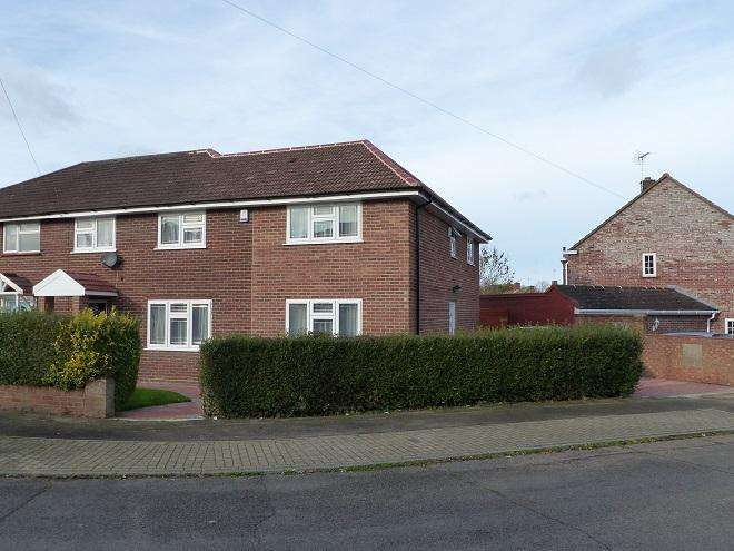 4 Bedrooms Semi Detached House for sale in Oulton Way,Carpenders Park,WD19 5EL