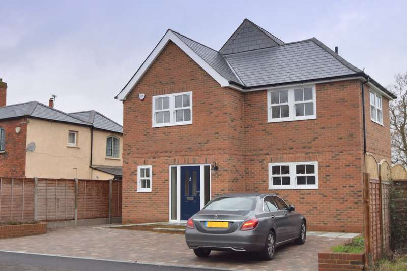 4 Bedrooms Detached House for sale in Woodcote North Street, Winkfield, SL4