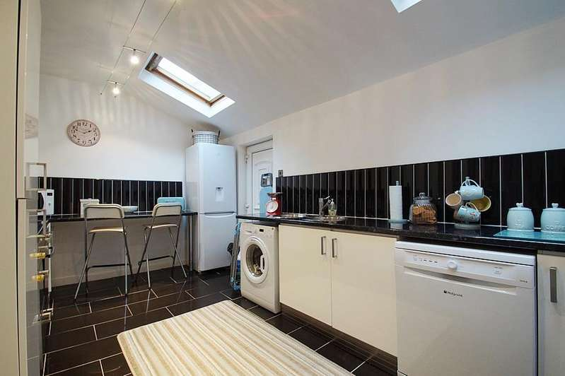 2 Bedrooms Terraced House for sale in Rochdale Road, High Crompton, Shaw OL2