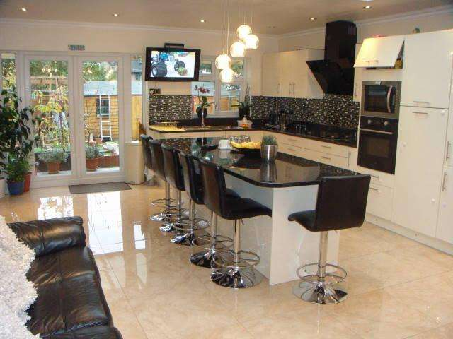 5 Bedrooms Semi Detached House for sale in SWEET BRIAR GROVE EDMONTON N9
