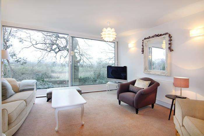 4 Bedrooms Town House for sale in Redwoods, London