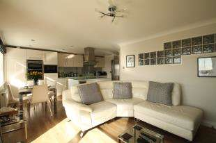 3 Bedrooms Flat for sale in Sovereign Court, The Strand, Brighton, East Sussex