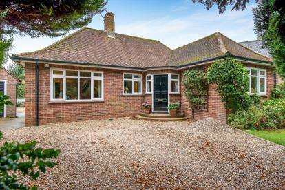 4 Bedrooms Bungalow for sale in Thorpe End, Norwich, Norfolk