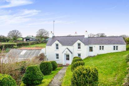 3 Bedrooms Detached House for sale in Tyn-Y-Gongl, Benllech, Anglesey, LL74