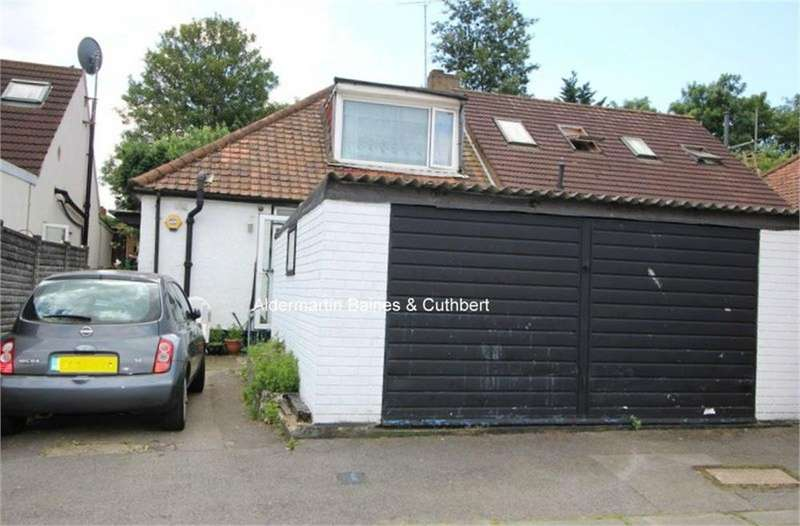 3 Bedrooms Semi Detached Bungalow for sale in Robin Lane, LONDON