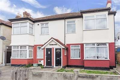 2 Bedrooms Maisonette Flat for sale in Seven Kings Road, Ilford