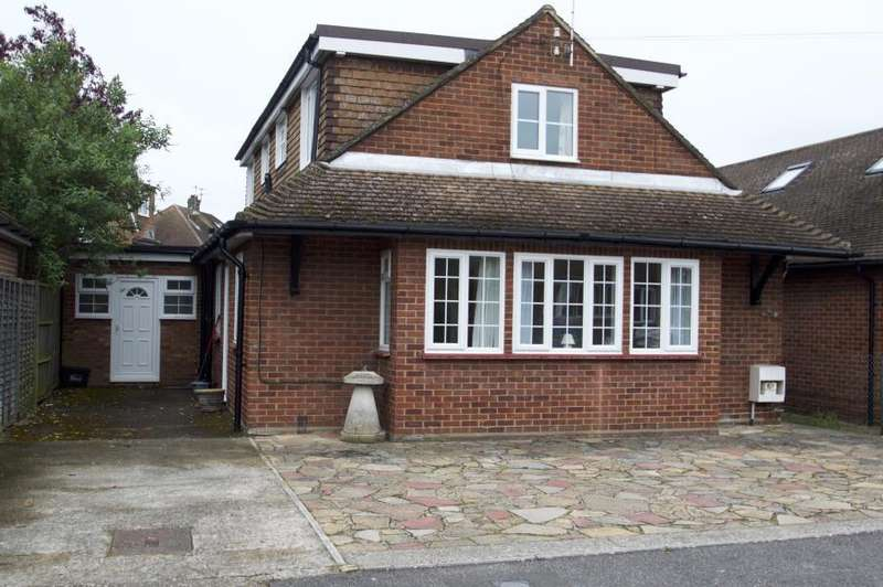 4 Bedrooms Detached House for sale in Windsor, Springfield Close