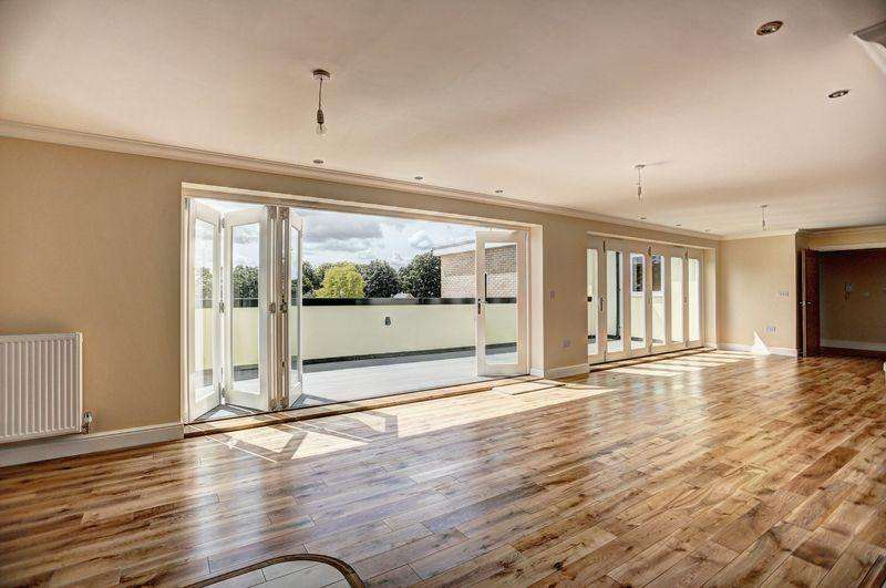 2 Bedrooms Penthouse Flat for sale in St. Marys Court, Ely