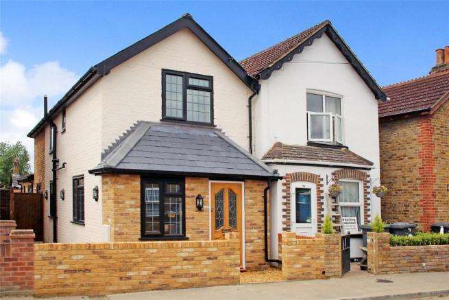 3 Bedrooms Semi Detached House for sale in Station Road, Chertsey, Surrey, KT16