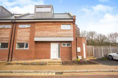 5 Bedrooms Semi Detached House for sale in Waterside Close, Wembley, London