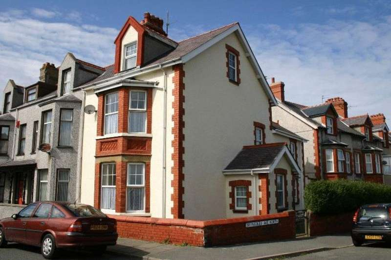 3 Bedrooms End Of Terrace House for sale in Bryngoleu Avenue North, Holyhead