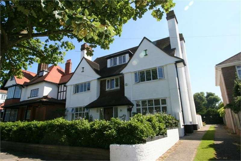 3 Bedrooms Flat for sale in Third Avenue, FRINTON-ON-SEA, Essex