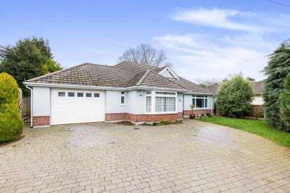 3 Bedrooms Bungalow for sale in Highcliffe, Christchurch, Dorset