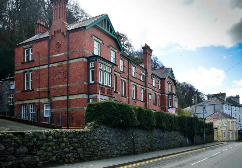 2 Bedrooms Flat for sale in High Street, Bangor, North Wales