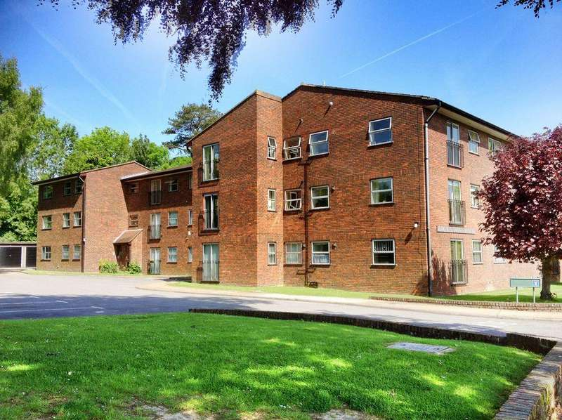 2 Bedrooms Flat for sale in Crownpoint House, Hassocks, West Sussex.