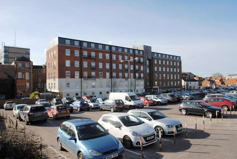 2 Bedrooms Flat for sale in Ladysmith House, Crescent Way, Taunton