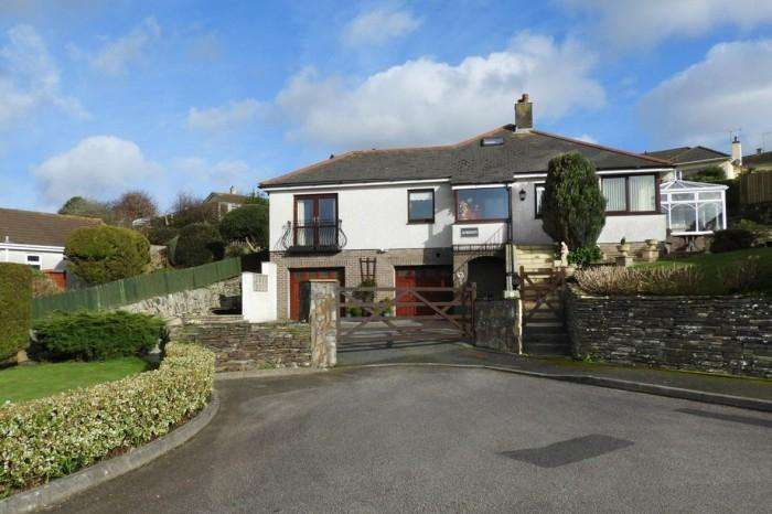 4 Bedrooms Town House for sale in AVISHAYS, 5, GWEALHELLIS WARREN, HELSTON, TR13