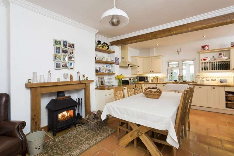 3 Bedrooms Terraced House for sale in Canterbury Road, East Brabourne, TN25