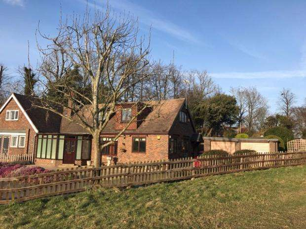 3 Bedrooms Semi Detached House for sale in Warren Farm Cottages The Warren, Ashtead, KT21