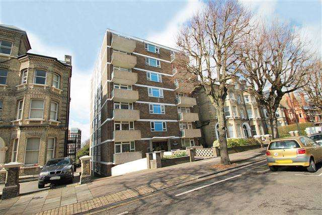 3 Bedrooms Flat for sale in Hereford Court, The Drive, Hove