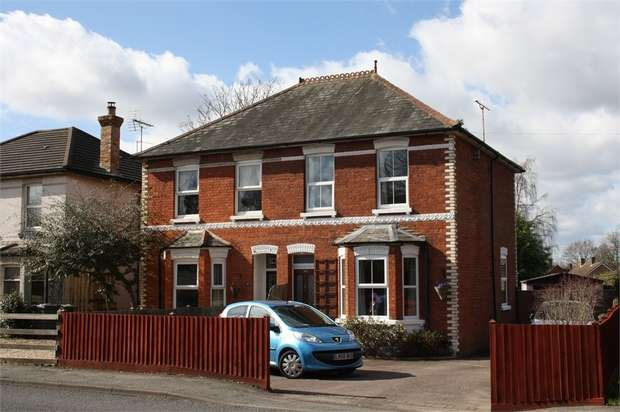 3 Bedrooms Semi Detached House for sale in Vale Road, ASH VALE, Surrey