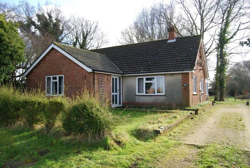 3 Bedrooms Detached Bungalow for sale in The Green, Wicklewood NR19