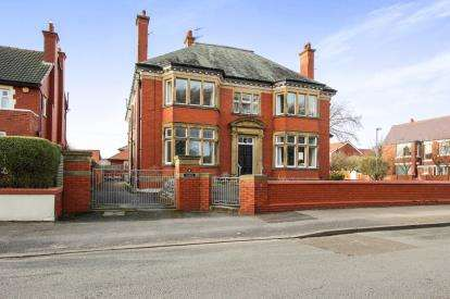 3 Bedrooms Flat for sale in Beach Road, Lytham St. Annes, Lancashire, England, FY8