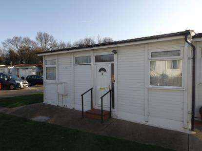 2 Bedrooms Bungalow for sale in London Road, Clacton-On-Sea, Essex