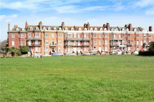2 Bedrooms Apartment Flat for sale in South Terrace, Littlehampton, West Sussex, BN17