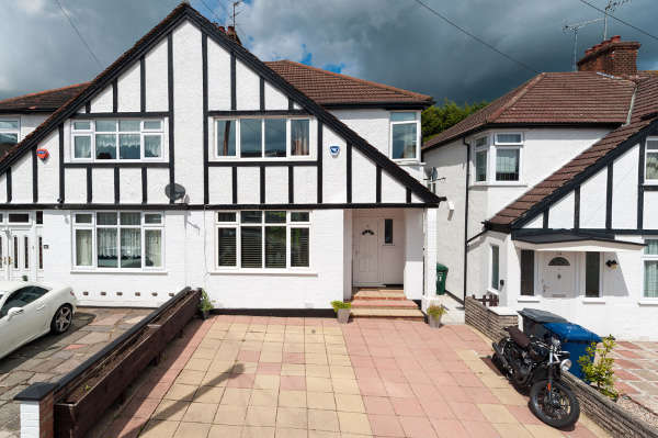 3 Bedrooms Semi Detached House for sale in Deans Drive, Edgware, HA8