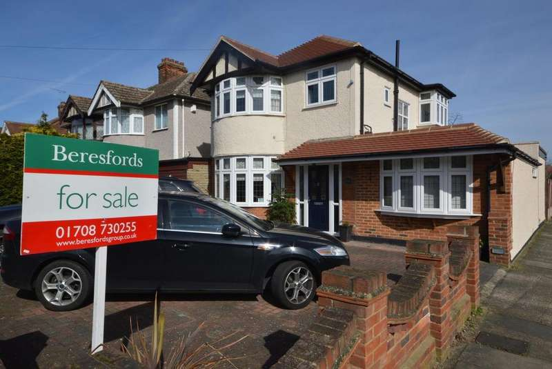 4 Bedrooms Detached House for sale in Pettits Lane, Romford, RM1