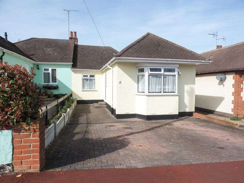 3 Bedrooms Semi Detached Bungalow for sale in Flamboro Close, Leigh-On-Sea