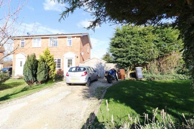 2 Bedrooms Semi Detached House for sale in Quinnell Drive, Hailsham, BN27