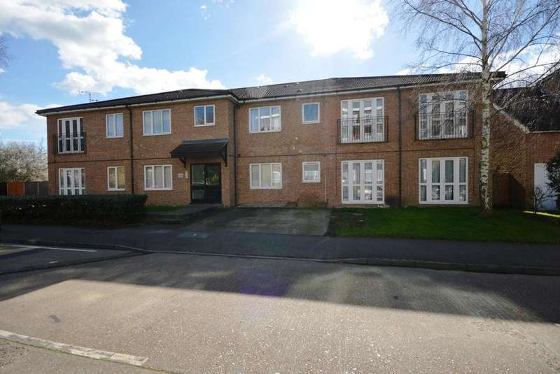 2 Bedrooms Apartment Flat for sale in Abbs Cross Gardens, Hornchurch, Essex, RM12